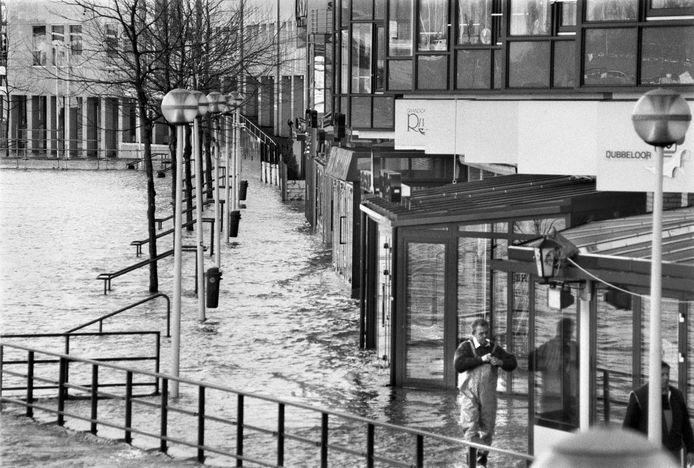 Eind januari, begin februari 1995 steeg het water van de Rijn, Maas en Waal tot record hoogte van 16,64 meter bij Lobith. Op de Waalkade in Nijmegen klotst het water tegen de plinten.
