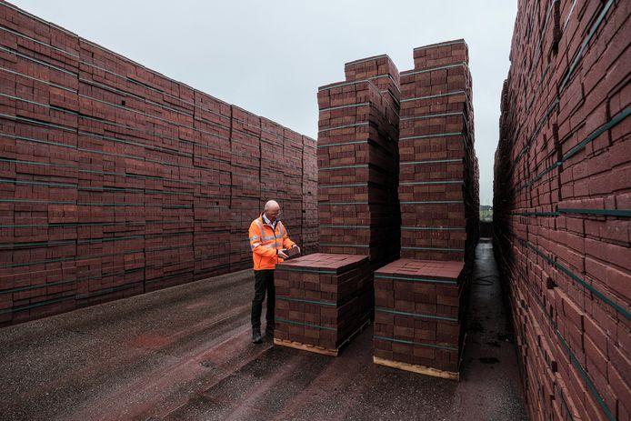 Bij de steenfabriek in Tolkamer worden 100 miljoen straatklinkers per jaar geproduceerd. Die moeten allemaal naar de klant. Foto : Jan Ruland van den Brink