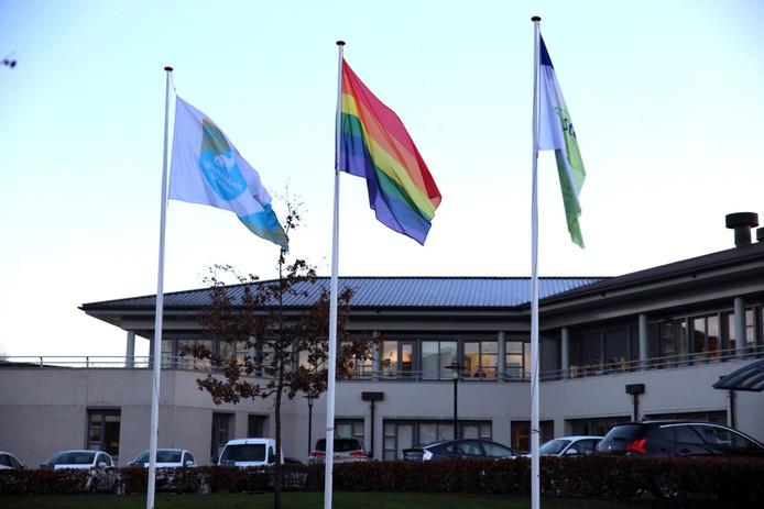 De regenboogvlag wappert bij het gemeentehuis in Steenwijk.