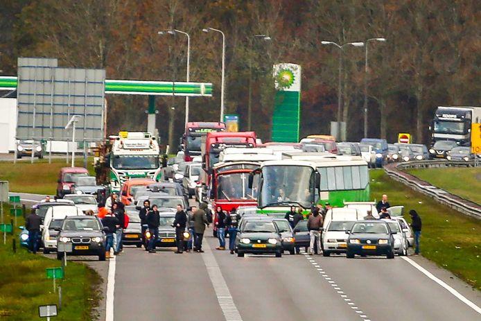 Bussen van de actiegroep Stop Blackface worden door tegendemonstranten tegengehouden op de A7 bij Joure.