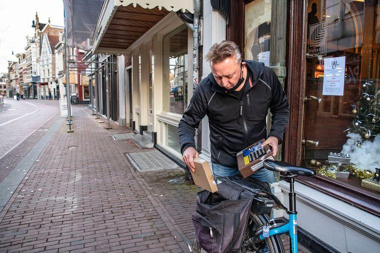 Sigarenboer Roy Richters gaat met zijn elektrische fiets een bestelling wegbrengen. Beeld Guus Dubbelman / de Volkskrant