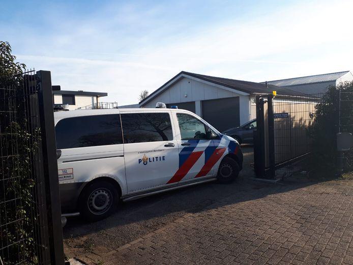 Aan de Heeswijk in Montfoort is de politie vanochtend een pand binnengevallen.