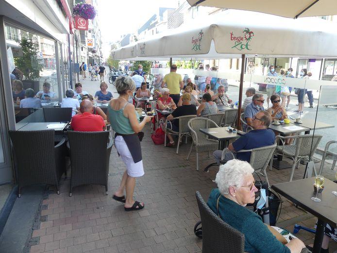 Het terras van Cocoon in de Tolpoortstraat was goedgevuld.