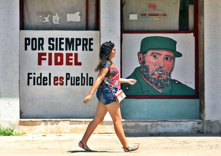 'Voor altijd Fidel, Fidel is het volk', staat er op een muur in Havana, naast de beeltenis van de vroegere Cubaanse leider Fidel Castro. Een nieuwe grondwet lijkt afscheid te gaan nemen van een deel van Castro's gedachtengoed. Beeld EPA