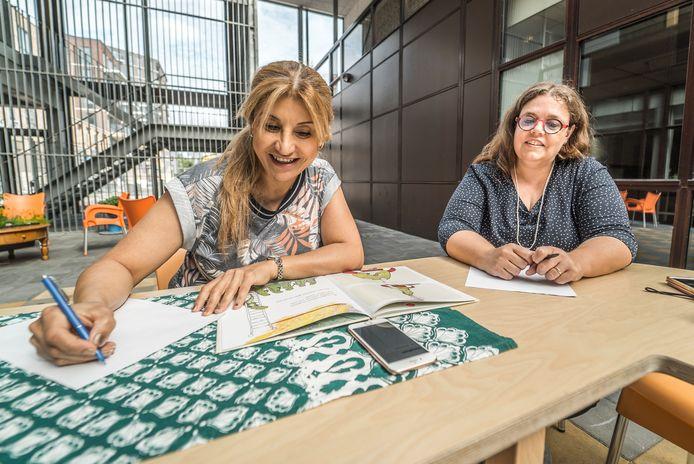 Wendy Moerman en Niyan Zangana bezig met het vertalen van de kinderboeken
