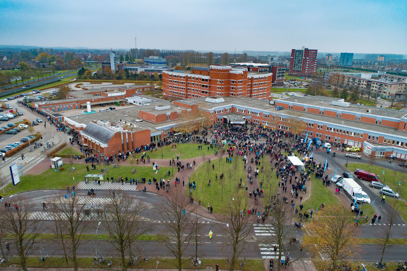 Protestactie van boze burgers na het plotselinge faillissement van MC IJsselmeerziekenhuizen in Lelystad.