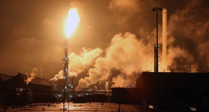 Het affakkelen van gas bij de Shell-raffinaderij in Rotterdam.