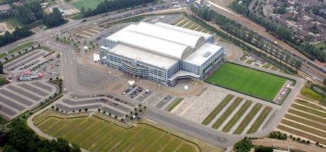 Parkeren onder zonnepanelenveld op terrein rond stadion GelreDome
