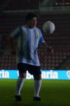 Maradona speelt legendarische Bavaria-reclame na in leeg Philips Stadion