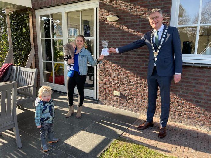 Burgemeester Janssen feliciteert Puck, de eerste Haarenaar van Oisterwijk