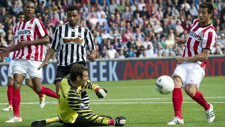 Doelman Andreas Isaksson (L) van PSV in duel met Kwame Quansah (R) van Heracles. Beeld anp