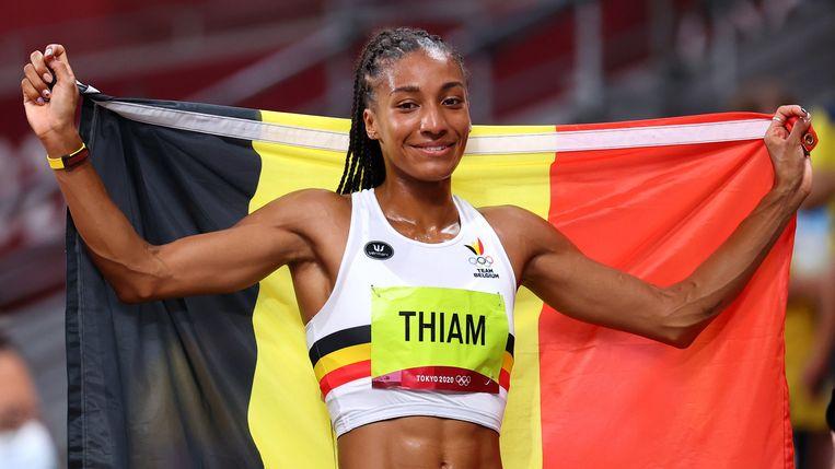 Nafi Thiam poseert trots met de Belgische vlag in het Olympisch stadion in Tokio. Beeld REUTERS