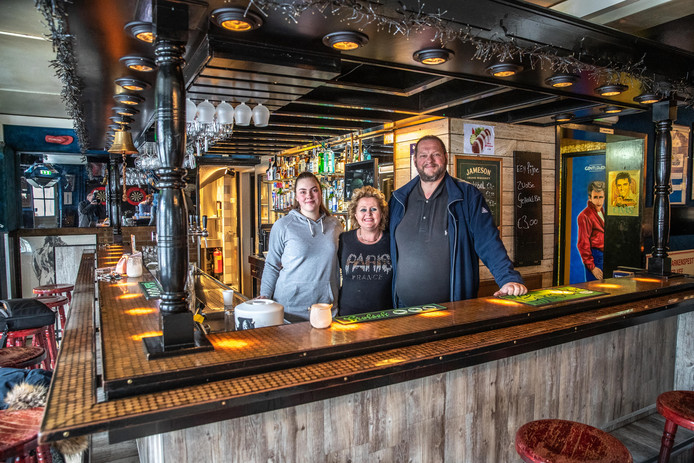 Freddy Eikelboom, voorzitter van Supportersvereniging PEC, met vrouw en dochter achter de toog van zijn café.