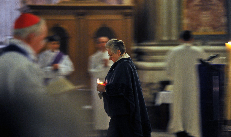 Marie Collins tijdens een nachtwake in de St. Ignatiuskerk in Rome in 2012, waar toen een symposium over seksueel misbruik in de katholieke kerk werd gehouden. Beeld AFP