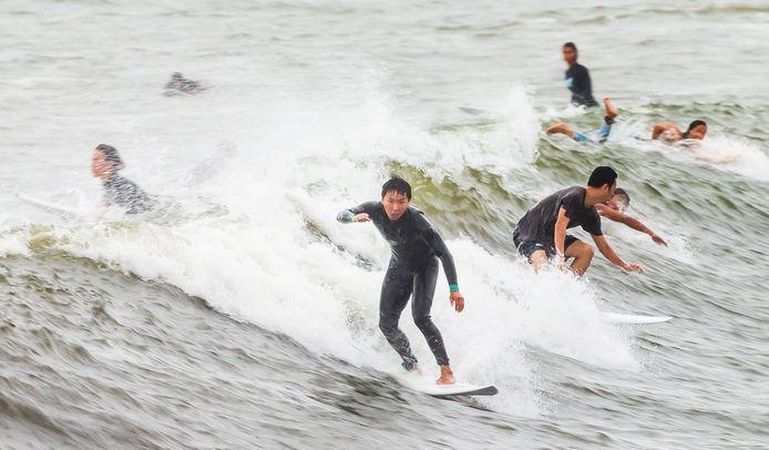 In New York kunnen mensen surfen op de golven opgewekt door storm Henri.