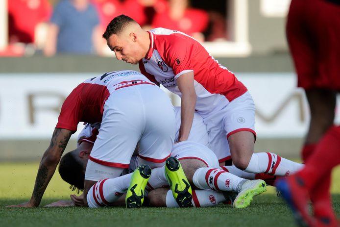 Feest bij FC Emmen na de 2-0.