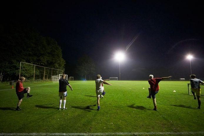 Warming up tijdens de eerste 60+plus voetbaltraining in Berkelland