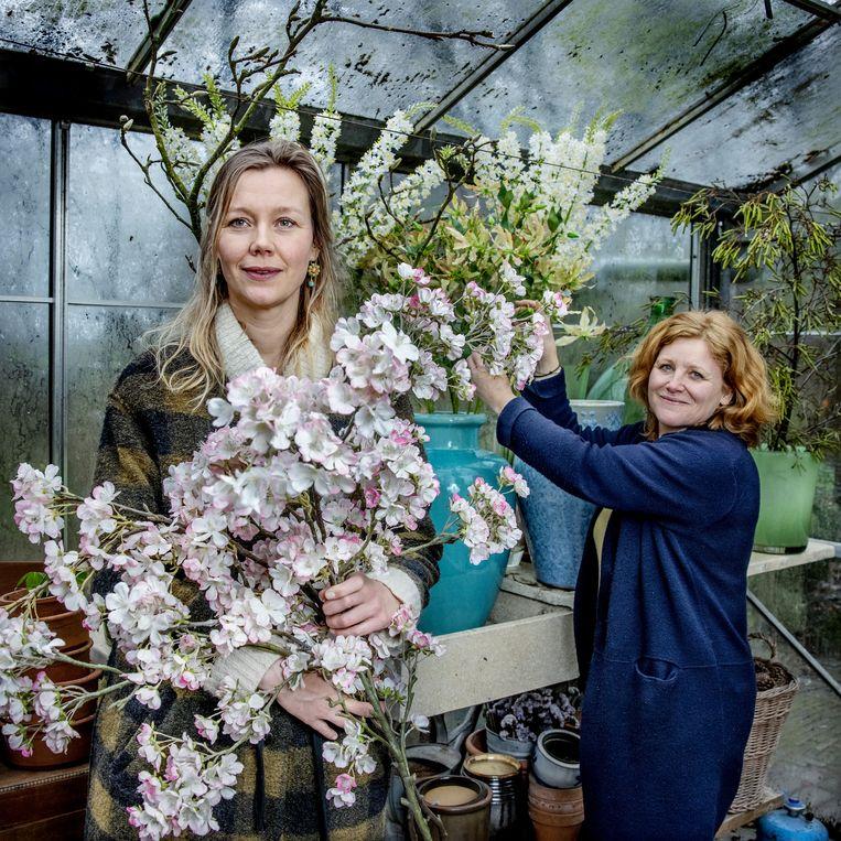 Mirjam Bergsma uit Bergen (rechts) en Afke Kuitwaard hebben net een bloembinderij zaak overgenomen en zijn aan het verbouwen. Beeld Jean-Pierre Jans