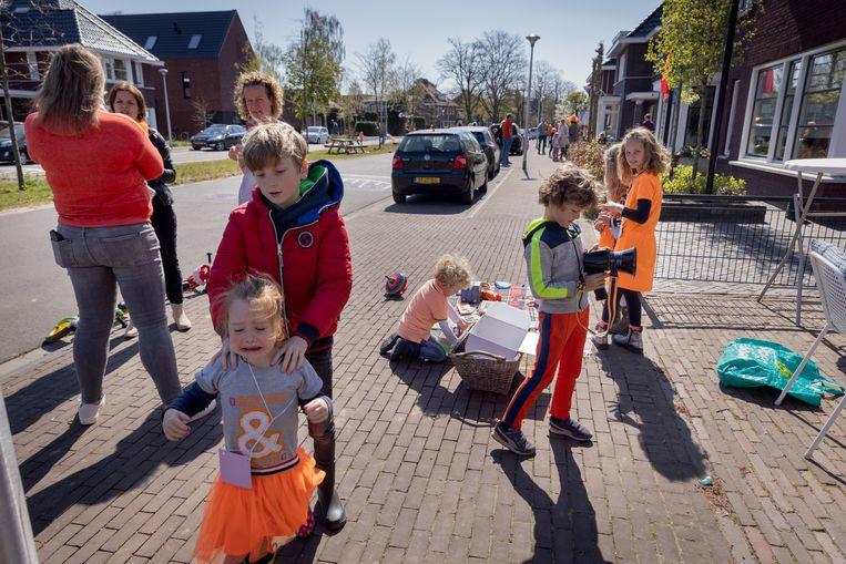 Kinderen in de Oranje Nassaustraat waar negen gezinnen een kleedjesmarkt organiseerden. Beeld Herman Engbers