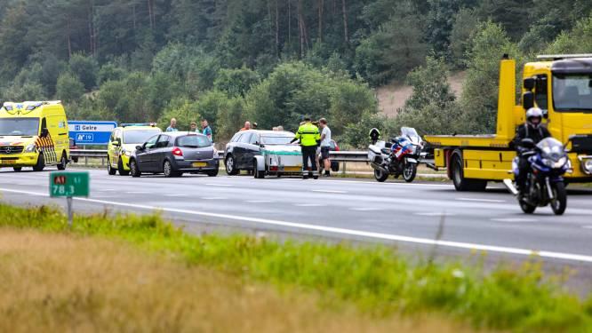 Auto's botsen op elkaar op A1 bij Ugchelen: voertuigen flink beschadigd