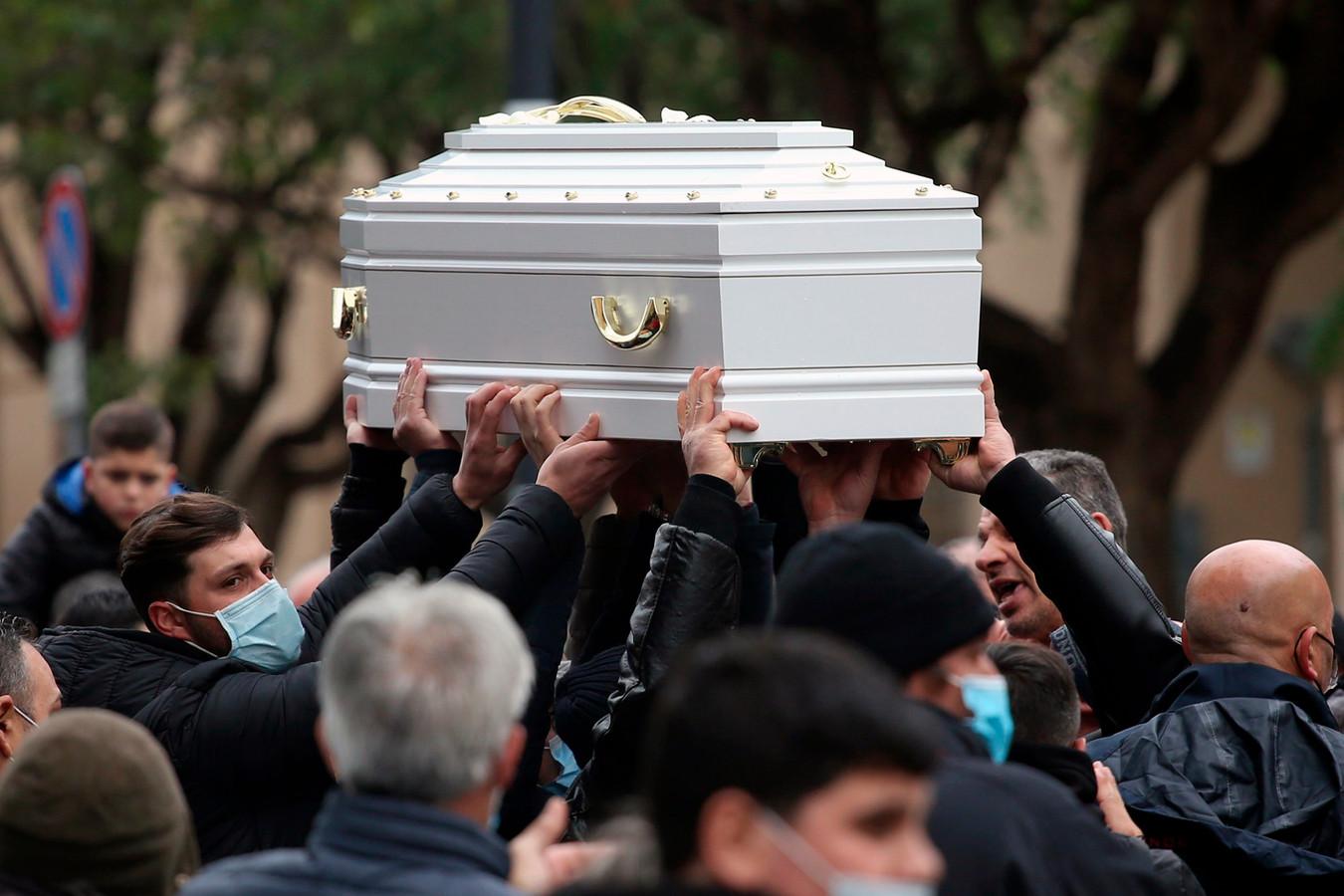 Beeld van de begrafenisceremonie van het 10-jarige Italiaanse meisje dat stierf na een TikTok-challenge eind januari.