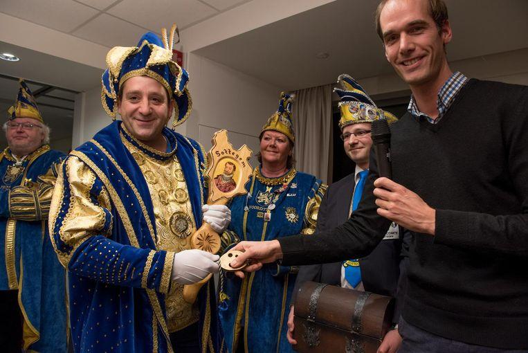 Prins Bart III krijgt de stadssleutel uit handen van burgemeester Jenne De Potter.