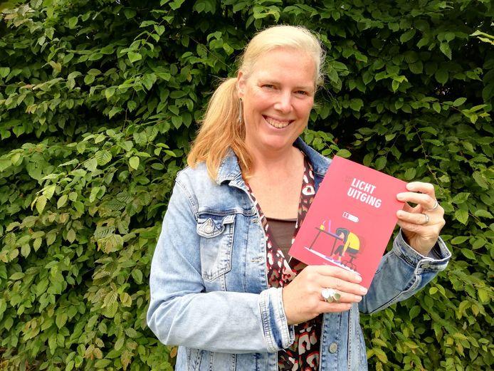 Ilse Hellinckx met haar boek in de hand.