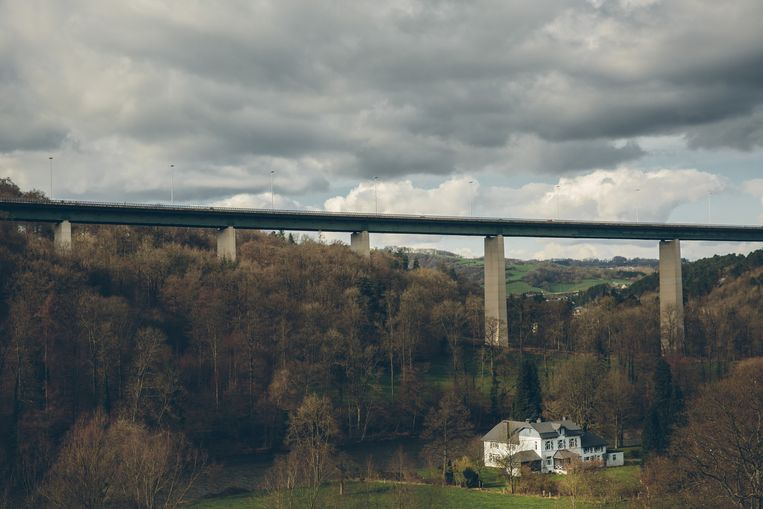 Mensen komen van heinde en verre naar het 90 meter hoge viaduct voor hun dodensprong. De redenen blijken vaak van een verbluffende trivialiteit Beeld WOUTER VAN VOOREN