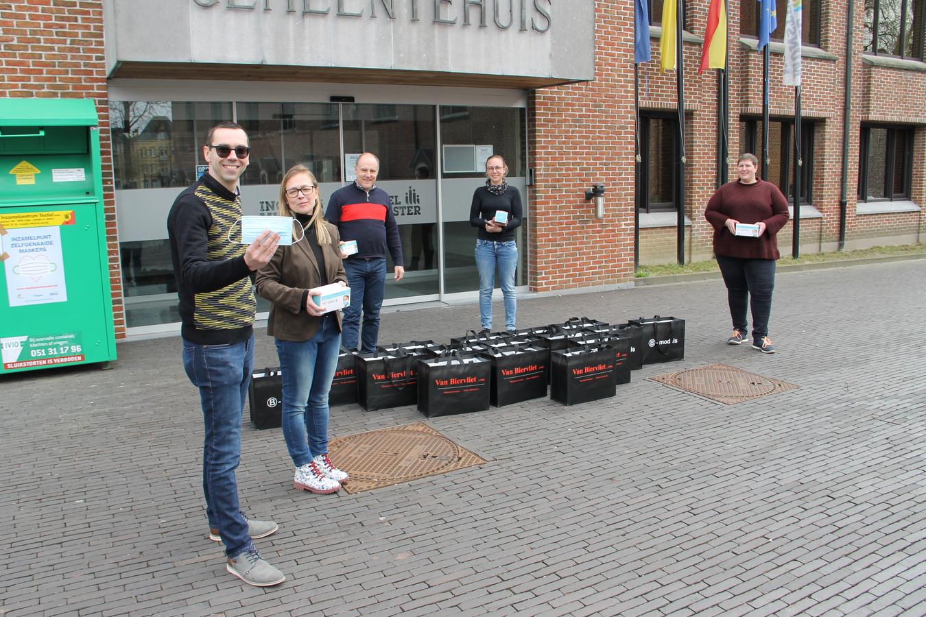 Kristof en zijn vrouw Sophie schonken tienduizend mondmaskers aan de gemeente (via brandweercommandant Wim Decoopman) en aan thuisverpleegster Sarah Demuynck en Eline Rosseel.