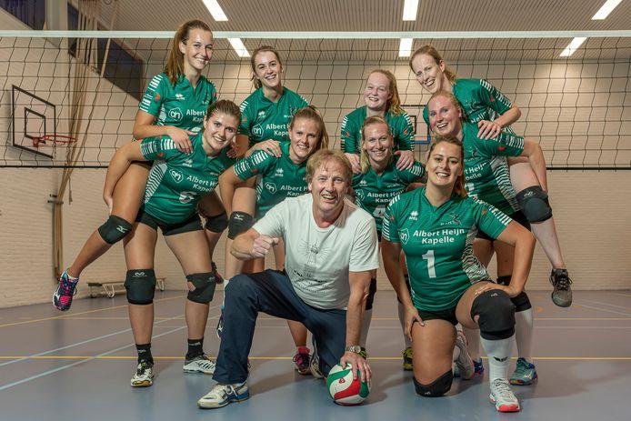 Trainer Ton Begijn te midden van zijn meiden van BOK.