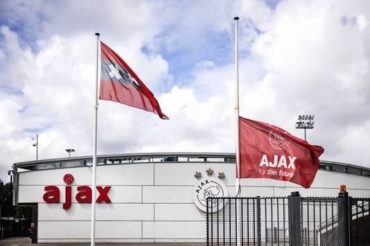 Vlaggen hangen halfstok bij sportcomplex de Toekomst.