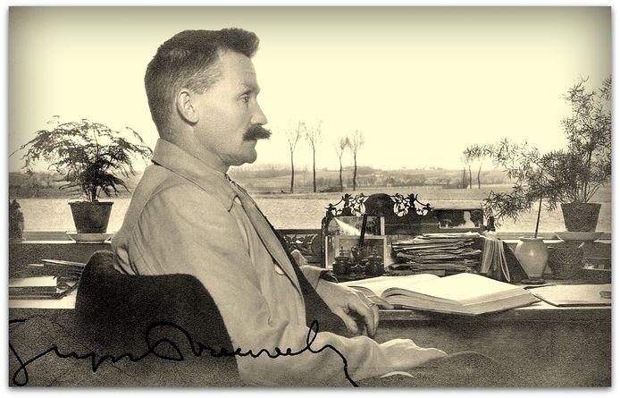 Schrijver Stijn Streuvels bij het  venster in zijn schrijverskamer.
