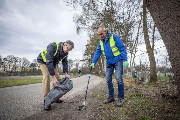 Frans Wijlens (rechts) en Ben Kemperink zijn de initiatiefnemers van een netwerk van vrijwilligers dat de straten in het buitengebied van de gehele gemeente Losser moet bevrijden van veel zwerfafval.