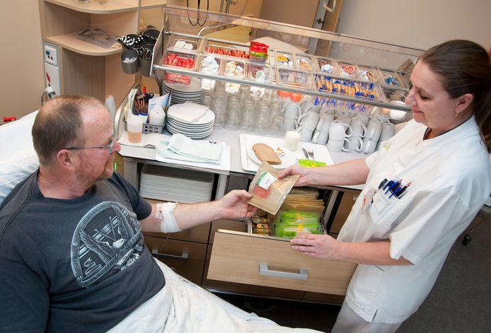 De broodserveerwagen rijdt voor in het ETZ-ziekenhuis. De  patiënt zelf de hoeveelheid laten kiezen scheelt al flink in besparing.