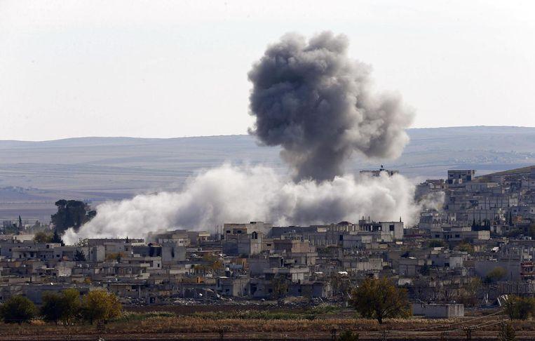 Een luchtaanval op de Syrische grensstad Kobani. Beeld reuters