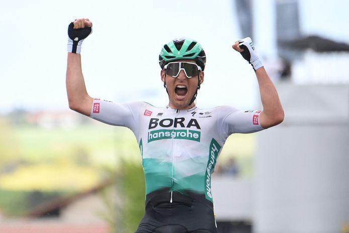 Lukas Pöstlberger viert zijn succes in Critérium du Dauphiné.