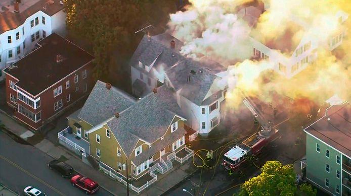De brandweer probeert een grote brand in Lawrence te blussen.