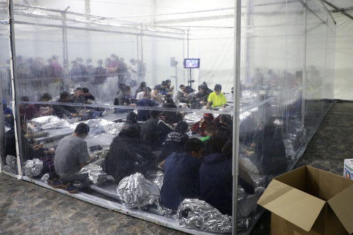 Tijdelijke opvang in Donna, Texas waar families worden ondergebracht terwijl ze hun registratie afwachten.
