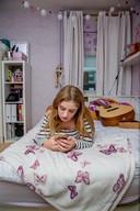 """Isabelle (15) is graag op haar kamer. """"Na een drukke schooldag wil ik het liefst chillen in mijn slaapkamer."""""""