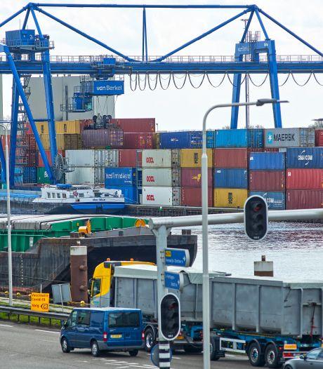 Hoe de verstopping in het Suezkanaal nu zorgt voor hoge stapels containers bij de terminals in deze regio
