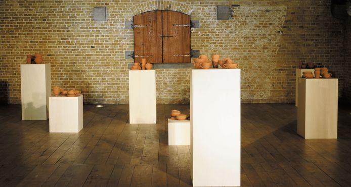 De installatie van Griet Dobbels met de kleipotjes in Ieper.