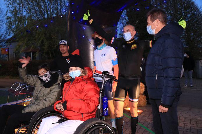 Het gezelschap kwam vrijdagavond aan in Elversele, net voor het invallen van de duisternis. Ze werden opgewacht door acteur Ben Rottiers.