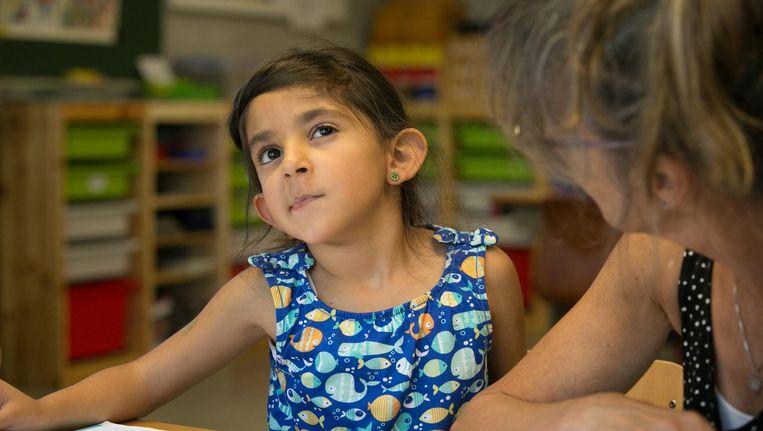 Haya en juf Kiet Engels in 'De kinderen van juf Kiet'. Beeld