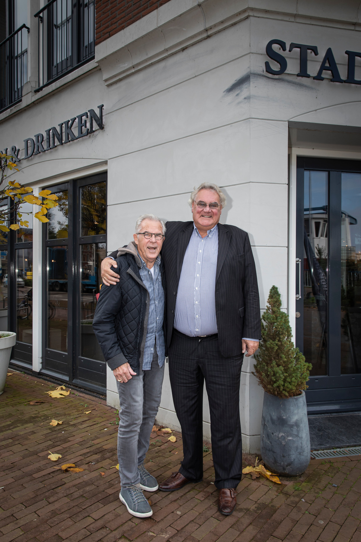 Tom Hillecamp (l) en zijn oude buurjongen Huib Colijn.