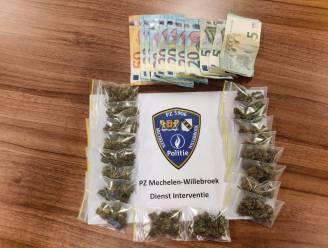 Fietspatrouille klist man die zak met drugs achterlaat