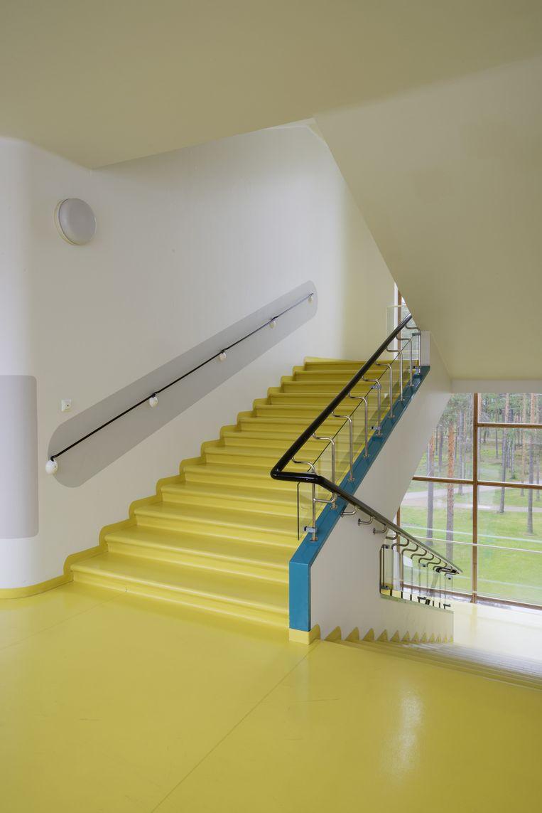 Gele trappen en grote ramen in het sanatorium: perfect om het zeldzame zonlicht in Finland binnen te halen. Beeld Alvar Aalto Museum
