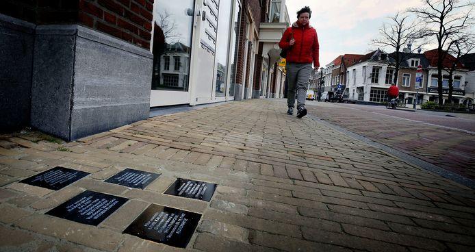 Struikelstenen liggen aan de Krijtstraat op de plek waar het huis van de familie Kalker stond.