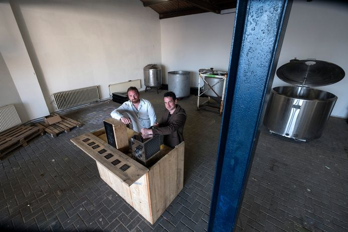 Steven Wiesman en Dave Andeweg met hun oude melkketels in de brouwerij.