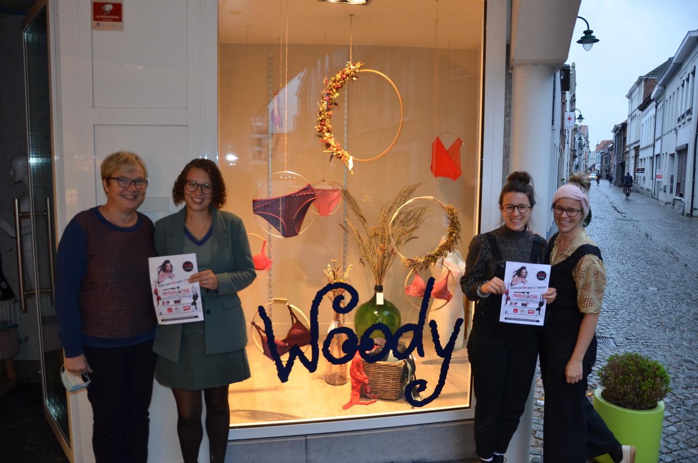 Gerlinde en Lynn van Huis Feys schakelden Sofie en Julie Rosseel van Flowers By Ollie in om hun etalage te versieren met droogbloemen.