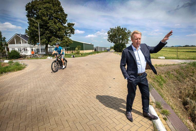 Jan Rotmans (60), hoogleraar Transitie en Duurzaamheid aan de Erasmus Universiteit in Rotterdam, aan de rand van het wegzakkende gebied waar het nieuwe dorp moet komen. Beeld Werry Crone